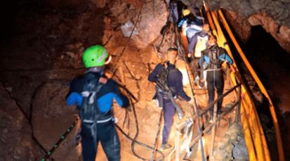 Van ocho niños rescatados de la cueva en Tailandia